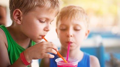 jeunes garçons et soda
