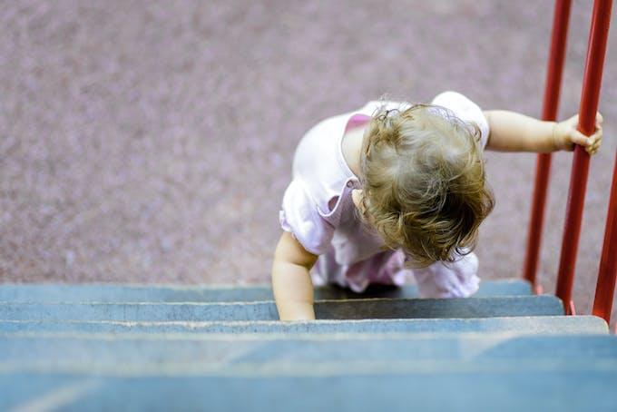 enfant monte escalier
