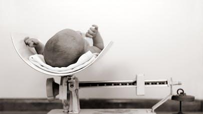 bébé sur la balance