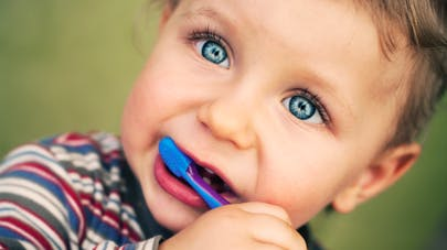 bébé avec brosse à dents : Brosser les dents bébé