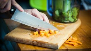 gros plan mains qui font la cuisine