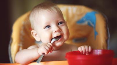 bébé attend repas avec plaisir