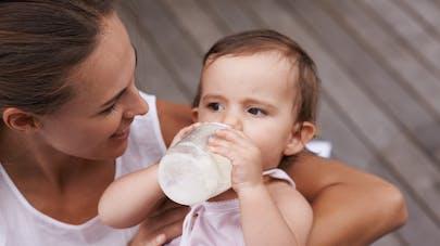 grand bébé boit son biberon de lait