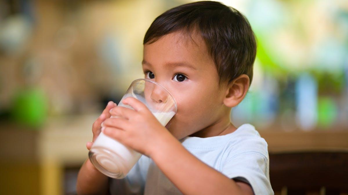 enfant trois ans boit lait