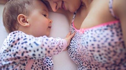 bébé touche les seins de sa maman