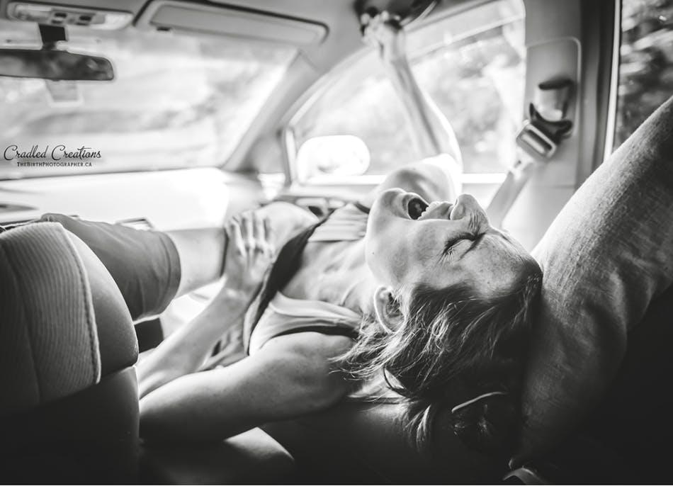 Femme qui accouche dans sa voiture