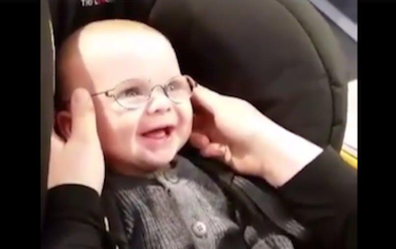 ce bébé voit sa mère pour la première fois