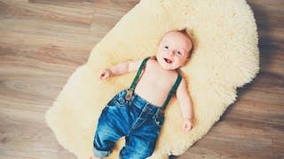bébé torse nu et pantalon