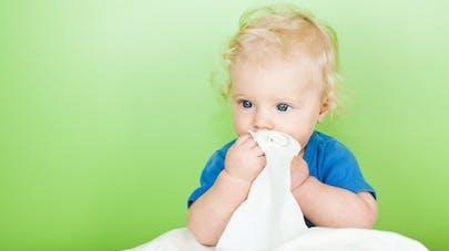 bébé avec mouchoire