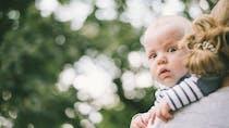 Aider bébé à faire son rot