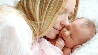 moment tendre maman nouveau né