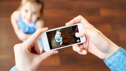 parent photographie enfant avec portable
