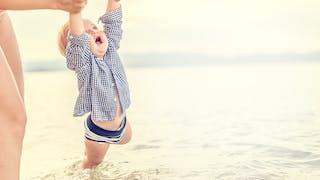 bébé découvre l'eau de mer