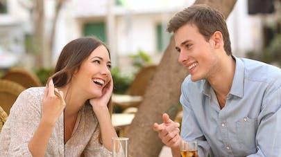 jeune couple autour d'un verre de coca