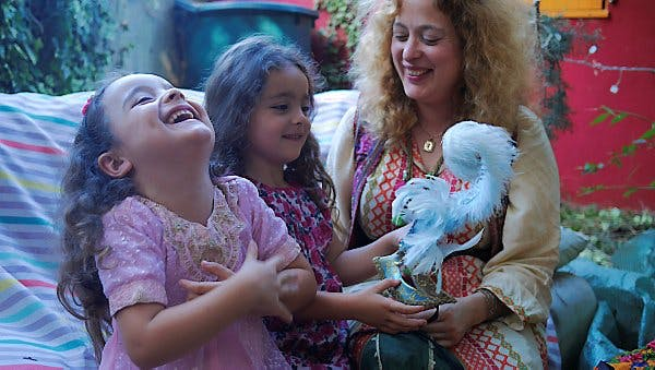 Une maman et ses deux filles rient