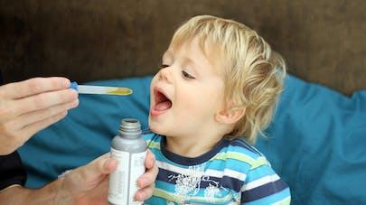 enfant prenant un antibiotique à la pipette