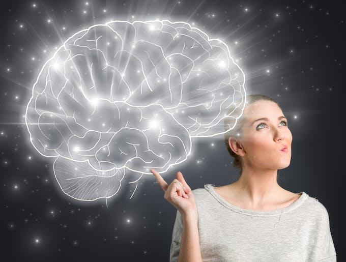 femme et une illustration cerveau