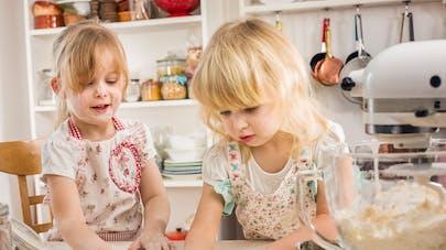 2 fillettes cuisinant des gâteaux