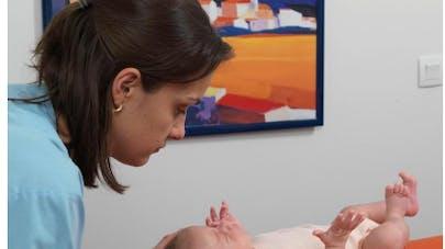 séance d'étiopathie sur un bebe