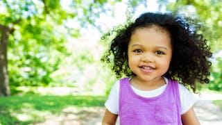 jolie petite fille dans un parc