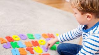 enfant joue avec des lettres