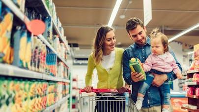 père mère et enfant dans les rayons du supermarché