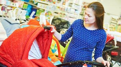 femme enceinte boutique matériel puériculture