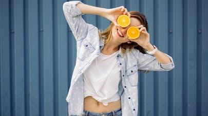 femme joue avec des oranges
