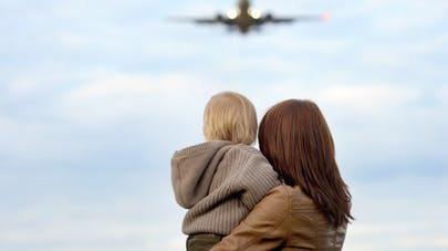 bébé maman regardent avion