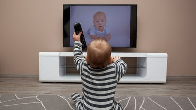 jeune enfant devant la tv