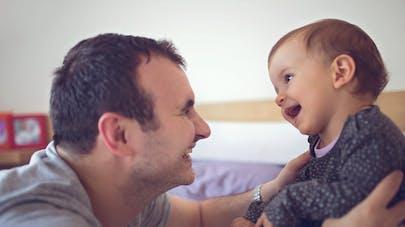 père et sa petite fille face à face