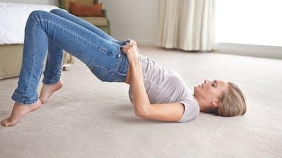 femme couchée pour enfiler un jean