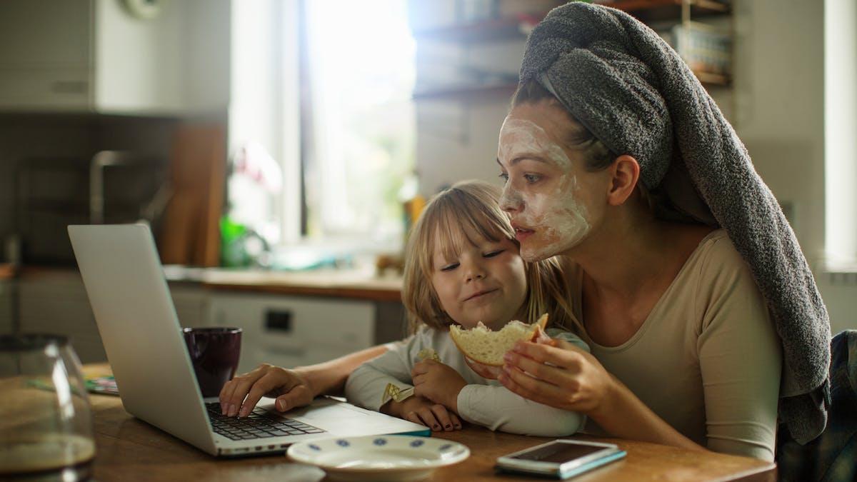 femme devant ordi avec sa fille