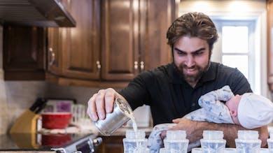 père préparant le biberon d'un bébé