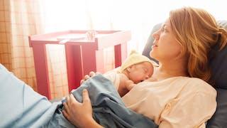 maman et bébé prématuré peau à peau