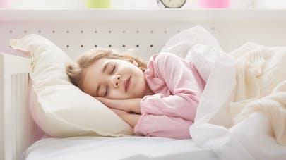 fillette dormant dans son lit