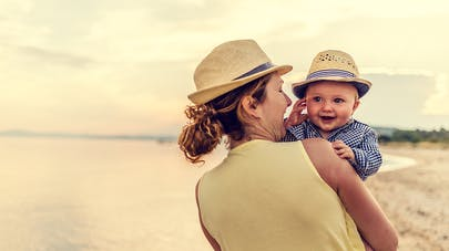 ballade sur la plage maman bébé