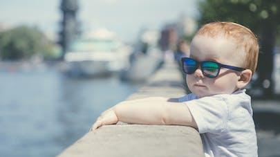 petit garçon et lunettes de soleil
