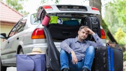 homme devant coffre de voiture plein