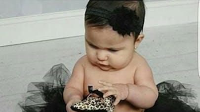 bébé portant des chaussures à talon