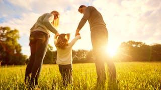 un enfant et ses parents dans un champ