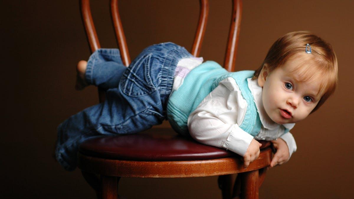 bébé grimpé sur une chaise