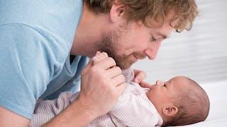 10 trucs que les hommes peuvent faire en salle d'accouchement : coaching, respiration, péridurale, cordon, soins du nouveau-né