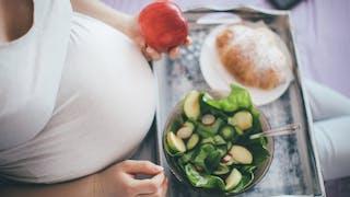 femme enceinte mange salade