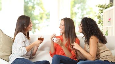 3 jeunes femmes buvant du thé