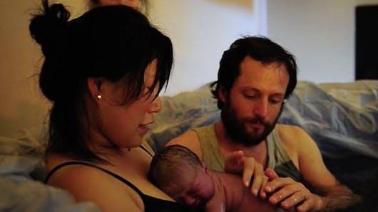 La vidéo sublime et émouvante d'une maman qui accouche à la maison entourée de sa famille
