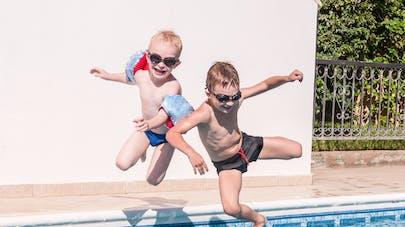 2 enfants se baignant en piscine privée