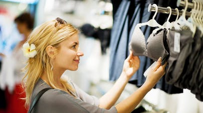 Femme choisissant un soutien-gorge