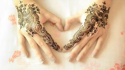 mains de femme tatouées au henné