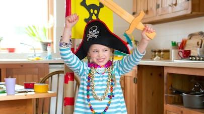 petite fille déguisée en pirate et sortant d'une boîte en carton